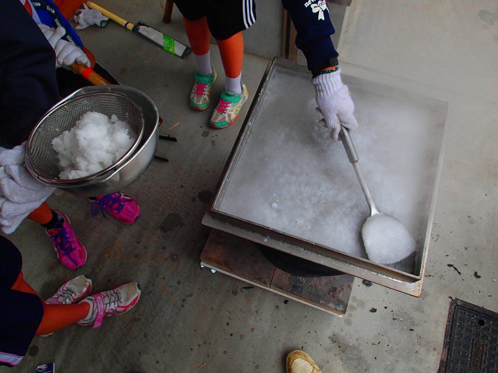 誕生の塩作り体験