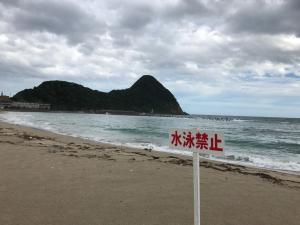 本日29日は波が高く遊泳禁止とさせていただきます